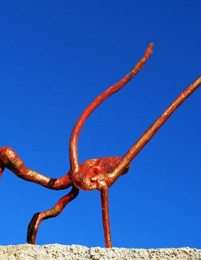 Zweiender in Pausenstellung', Olivenwurzel, Fundort Andalusien, mit Rot, Blau, Gold koloriert.