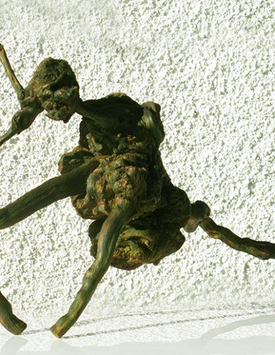 'Urzeitlicher Kampfläufer', Mandelholz, Fundort Andalusien, mit Schwarz, Gold, Grün koloriert.