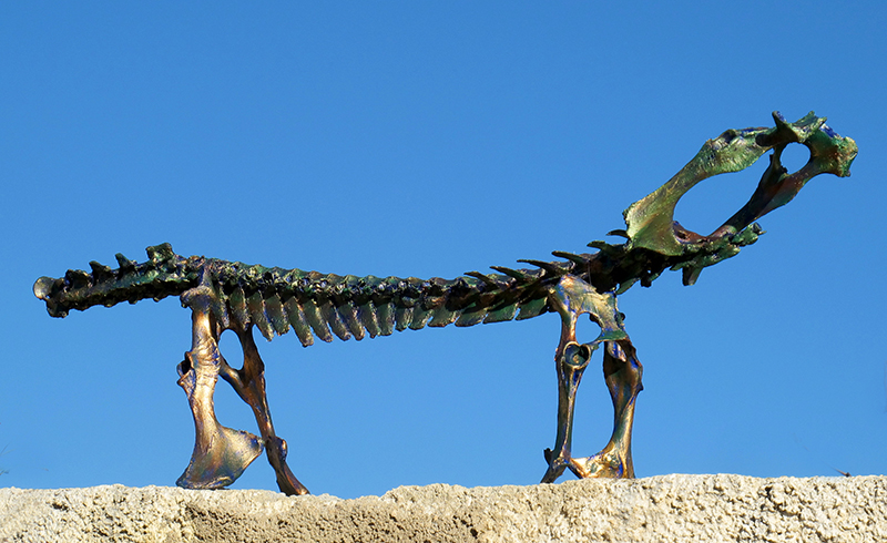 Fleischloser Gerippedackel', diverse Knochen von Schafen, Fundort Andalusien, mit Blau, Bronze und Kupfer koloriert.