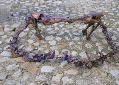 Verlobungskuss der Großkopfechsen'. Knochen von Schafen und Wildschweinen. Mit Bronze, Kupfer, Violett, Gold, Silber, Schwarz koloriert. Fundort Andalusien.