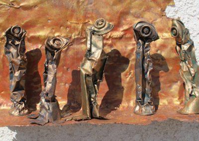 Quintett auf der Bühne', leere, ausrangierte Spraydosen, Fundort Andalusien, mit Silberblau und Kupfer koloriert.