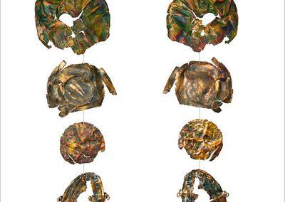 'Windspiel Tramontana', von oben: zwei Blechpartien vom PKW, Deckel, Eimer mit Henkel, Fundort Rheinufer bei Köln, geplättet und geknautscht, Grundierung in Rotgrün und Blaugrün, darüber Kupfer, Gold, Silber, Bronze.